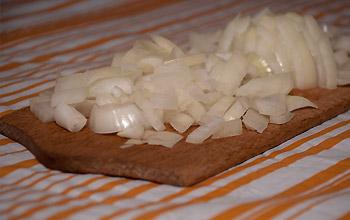 Zwiebeln klein schneiden