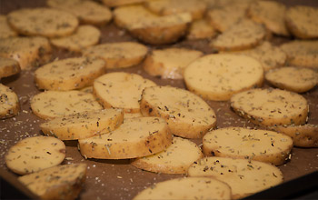 Ofenkartoffeln gleichmäßig auf Backblech verteilt