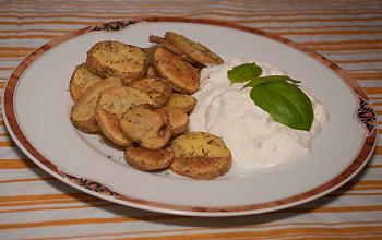 Fertige Ofenkartoffeln mit Tzatziki serviert